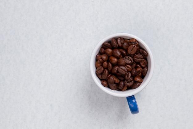 Zamknij ziarna kawy w filiżance kawy