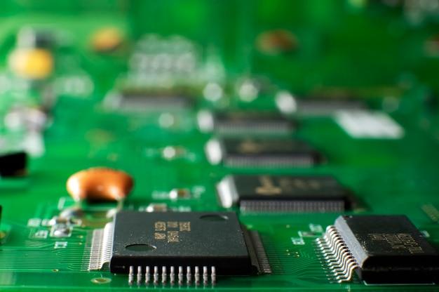 Zamknij zielona tablica pamięci z układem smd leży na stole