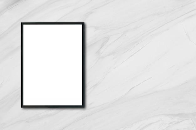 Zamocuj pustą ramkę plakatu wiszącą na białej ścianie marmurowej w pomieszczeniu - można użyć makiety do wyświetlania produktów montażowych i projektowania kluczowych wizualnych układów.
