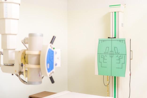 Zamontowana na suficie lampa rentgenowska typu aparatu rentgenowskiego w szpitalu