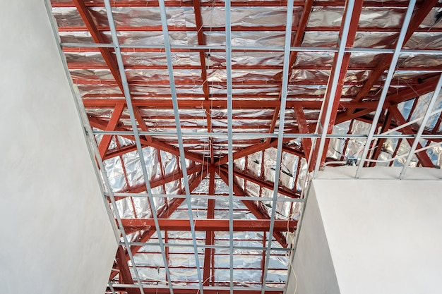 Zamontuj metalową ramę do sufitu z płyt gipsowo-kartonowych w domu w budowie