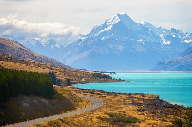 Zamontuj punkt widzenia kucharza z jeziorem pukaki i drogą prowadzącą do wioski kucharskiej na wyspie południowej nowej zelandii