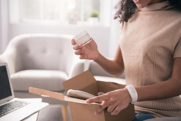 Zamówienie internetowe. zamknij otwarte opakowanie z różnymi kosmetykami