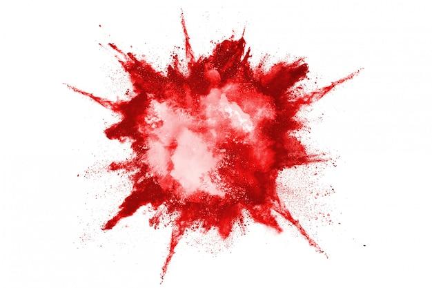 Zamrozić ruch wybuchu czerwonego proszku, na białym tle.