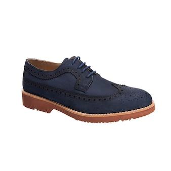 Zamszowe klasyczne sznurowane buty męskie (znane również jako derby, gibson lub tipy) izolowane na białej powierzchni