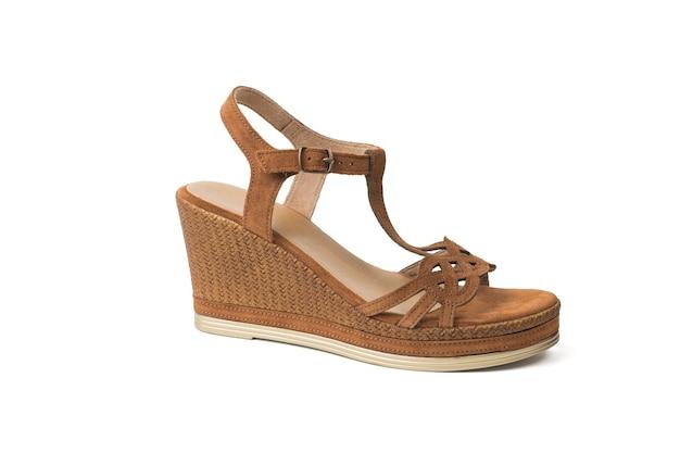 Zamszowe sandały damskie na wysokim płaskim obcasie na białym tle. letnie buty dla kobiet.