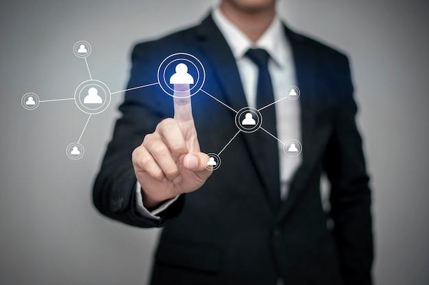 Zamyka up biznesmen dotyka cyfrowego ekran z palcem