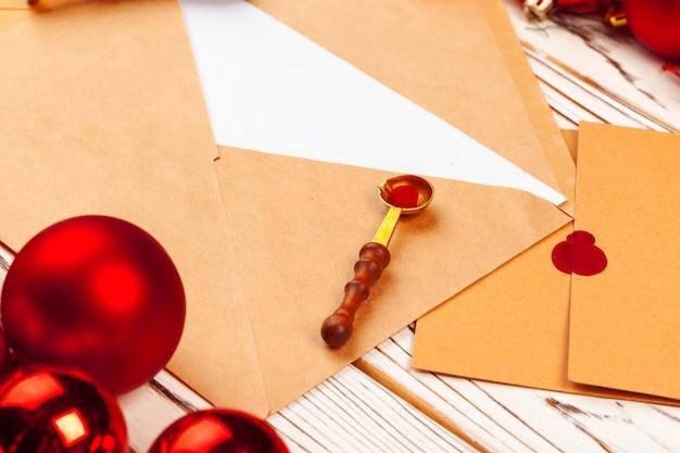 Zamyka up bożenarodzeniowy list z wosk foki znaczkiem na drewnianym stole