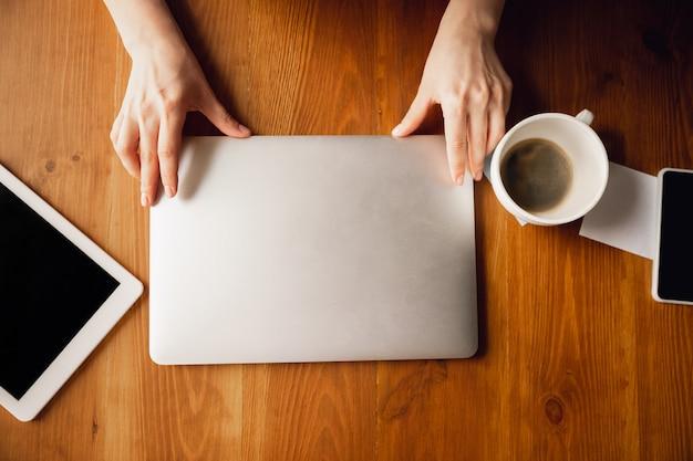 Zamyka up caucasian żeńskie ręki podczas pracy w biurze, studiowanie, odgórny widok