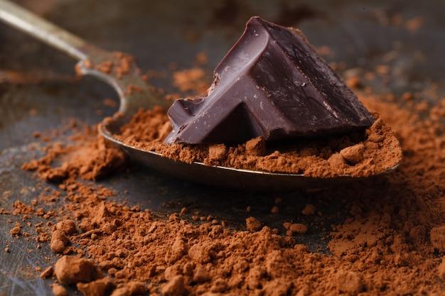 Zamyka up czekoladowi kawałki na drewnianej powierzchni