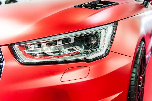 Zamyka up czerwony sportowy luksusowy samochód