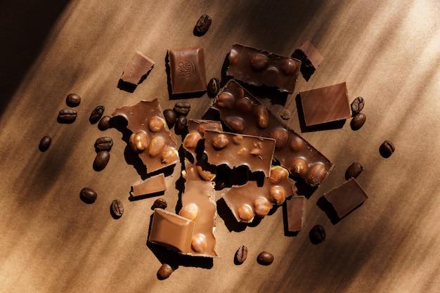 Zamyka up dojna czekolada z orzechowymi dokrętkami na brown tle. słodki deser.
