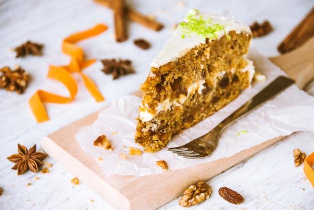 Zamyka up domowej roboty marchwiany tort z rodzynkami, orzechami włoskimi i cynamonem