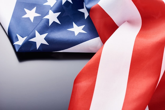 Zamyka up falowanie krajowa usa flaga amerykańska na ciemnym tle z kopii przestrzenią. koncepcja dzień niepodległości 4 lipca