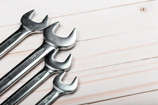 Zamyka up grupa ciesielki ręki narzędzia na drewnianym tle