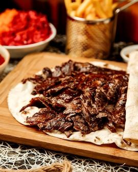 Zamyka up jagnięcy doner kebab umieszczający w flatbread