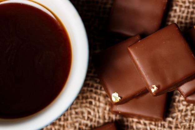 Zamyka up kawowi i czekoladowi cukierki na parciaku.