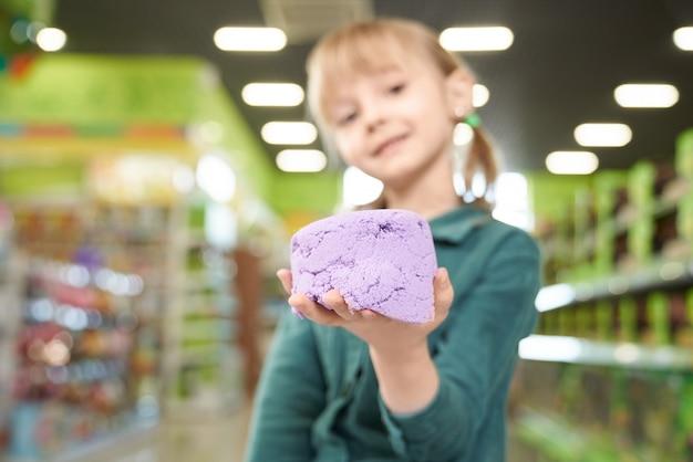 Zamyka up kinetyczny piasek na ręce dziecko.