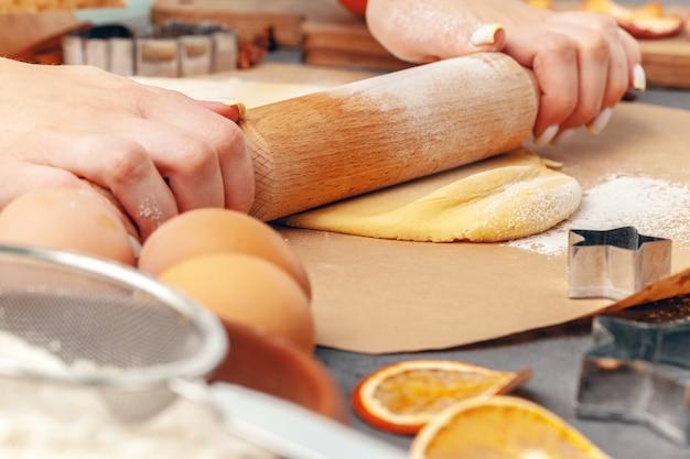 Zamyka up kobiet ręki przygotowywa ciasto dla ciastek
