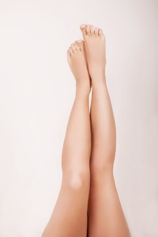 Zamyka up kobieta robi masażowi dla jej gładkich nóg