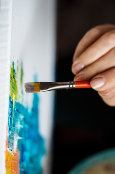 Zamyka up kobieta rysunek z nafcianymi farbami na kanwie