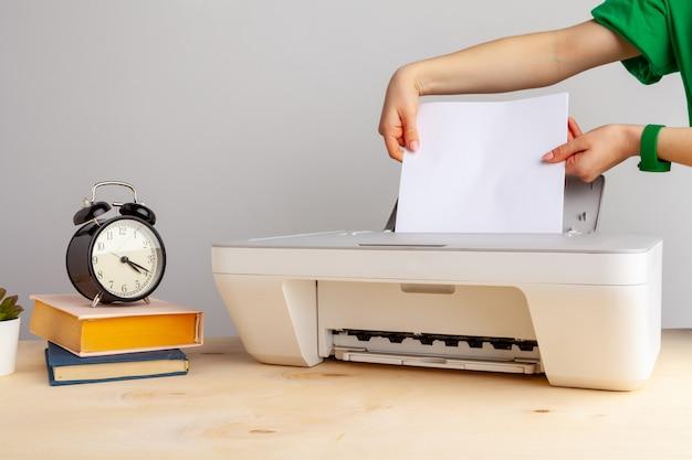 Zamyka up kobieta używa drukarki maszynę
