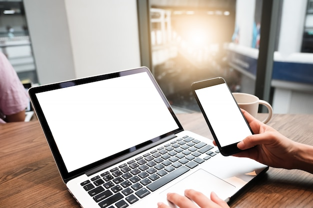 Zamyka up kobieta używa laptop, wysyłający wiadomości na ogródzie.