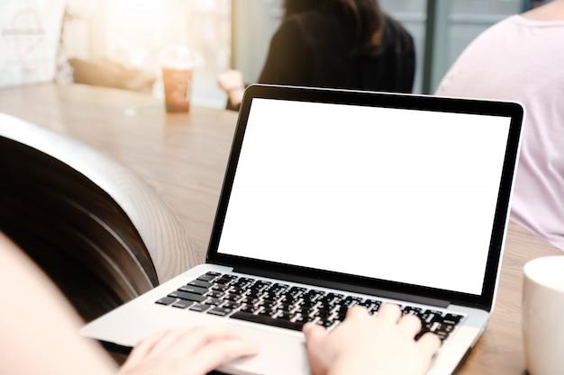 Zamyka up kobieta używa laptop