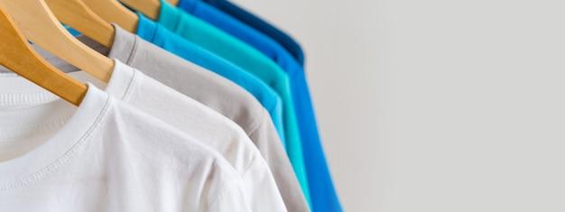 Zamyka up kolorowe koszulki na wieszakach