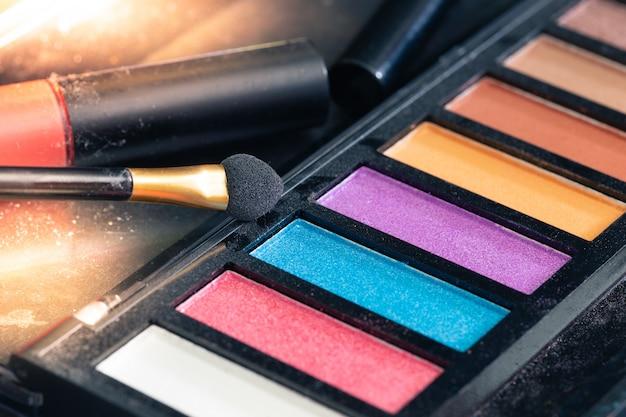 Zamyka up kolorowi makijaży produkty