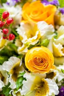Zamyka up kwiatu bukiet z żółtymi różami i białymi różami