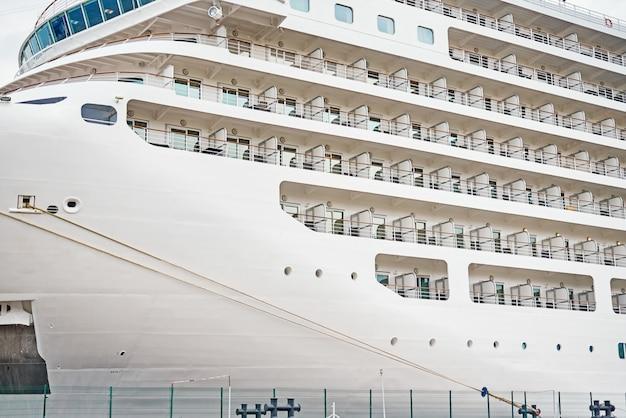 Zamyka up liniowca w porcie dokujący statek wycieczkowy