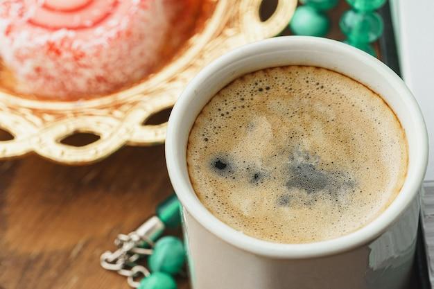 Zamyka up mały talerz z tureckimi cukierkami i filiżanką espresso