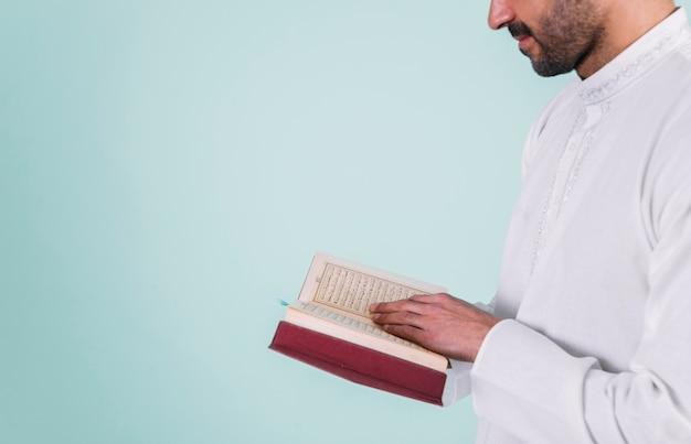 Zamyka up mężczyzna czytanie w korku