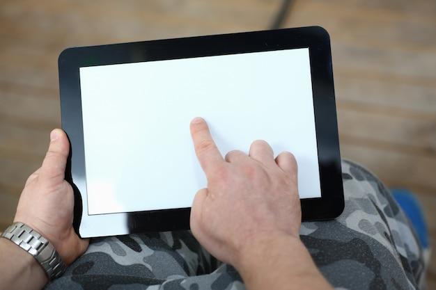 Zamyka up mężczyzna używa cyfrową pastylkę