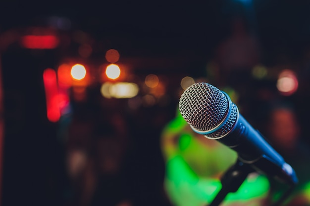 Zamyka up mikrofon w filharmonii lub sala konferencyjnej.