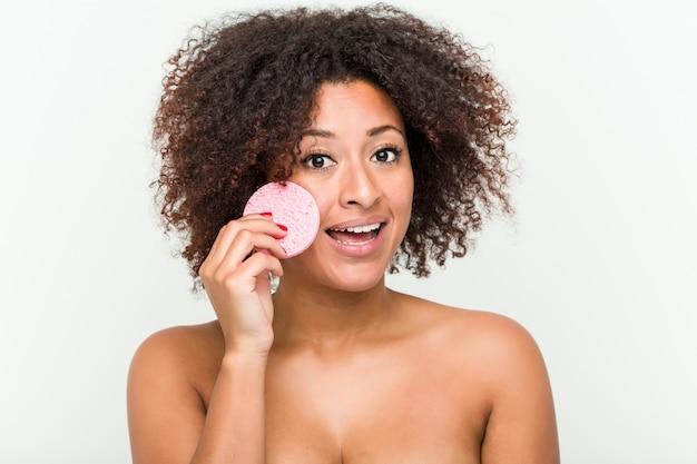 Zamyka up młoda amerykanin afrykańskiego pochodzenia kobieta trzyma twarzowego dyska