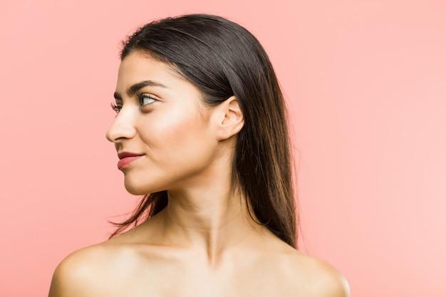 Zamyka up młoda piękna i naturalna arabska kobieta patrzeje obok pozować