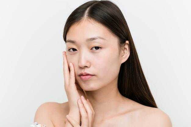 Zamyka up młoda piękna i naturalna azjatykcia kobieta