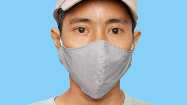 Zamyka up młoda samiec jest ubranym ochronną twarzy maskę