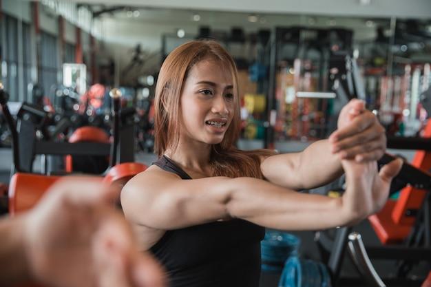 Zamyka up młoda sprawności fizycznej kobiety streching