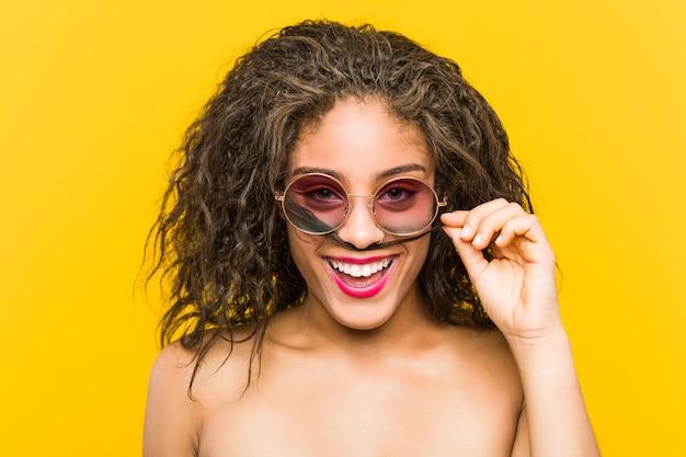 Zamyka up młodego amerykanina afrykańskiego pochodzenia piękna i makijaż kobieta jest ubranym okulary przeciwsłonecznych