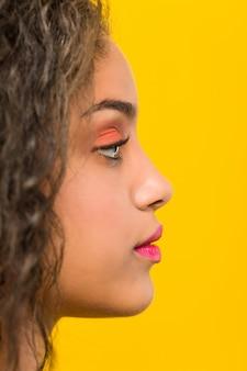 Zamyka up młodego amerykanina afrykańskiego pochodzenia piękny i makijaż kobiety pozować