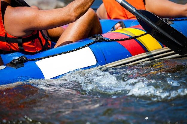 Zamyka up młody człowiek flisactwo w rzece.