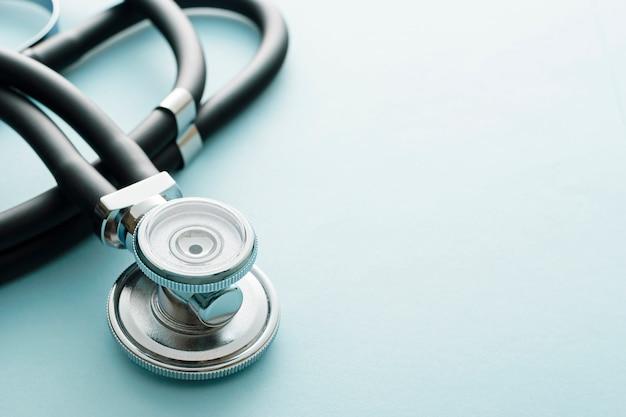 Zamyka up na stetoskopie na błękitnym tle