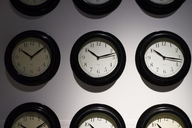 Zamyka up na zegarowym obwieszeniu na ścianie