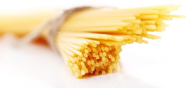 Zamyka up niegotowane spaghetti