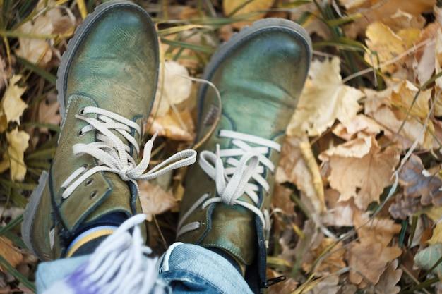 Zamyka up nogi w zielonych wycieczkuje butach