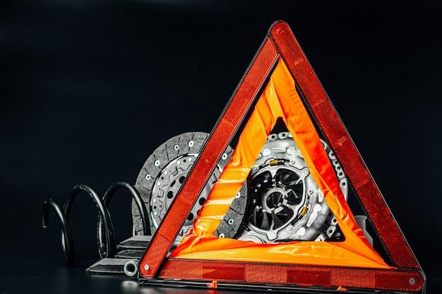 Zamyka up nowe samochodowe części na czarnym tle