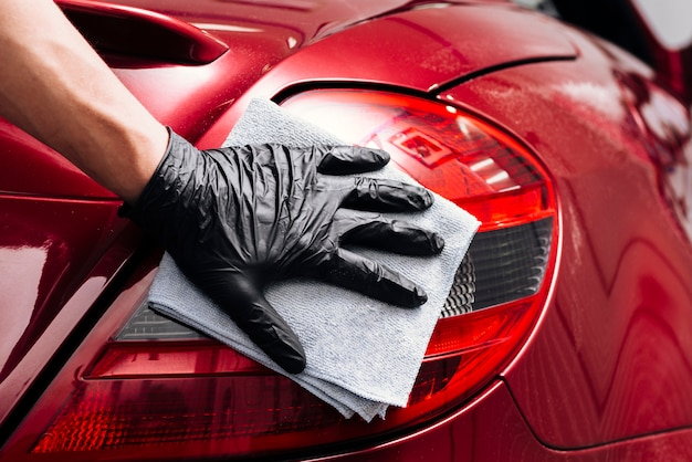 Zamyka up osoby cleaning samochodu powierzchowność